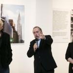 Janusz Głowacki (bohater wystawy), Czesław Czapliński (jej autor) i dyrektor Muzeum Miasta Gdyni Dagmara Płaza - Opacka