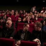 """(od lewej)  obok Janusza Głowackiego jurorzy Jacek Cieślak i Jacek Wakar . Debatują przed """"Taurydą"""" Teatru Współczesnego w Szczecinie"""